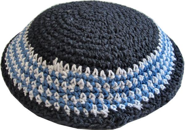 Kippa gehäkelt aus dunkelblauer Baumwolle blau/weiß gemustert 15 cm